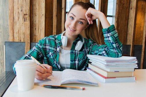 Adolescente aprendiendo inglés con Linguavision